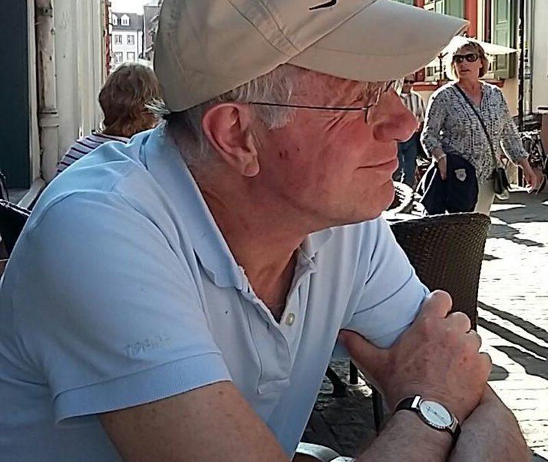Jan, ambassadeur voor Father Amal, verkoopt kunst